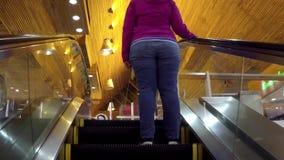 Ludzie wspinają się eskalator zbiory