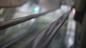 Ludzie wspinają się eskalator w centrum handlowym zbiory