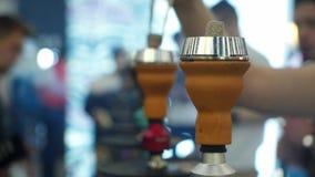 Ludzie wybiera nargile Dymienie tytoń przy wystawą Shisha puchar zbiory