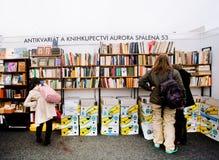 Ludzie wybierają stare książki na antyków budka Obraz Stock