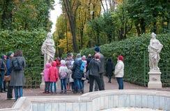 Ludzie wycieczkę w lato ogródzie StPetersburg Rosja Obrazy Royalty Free