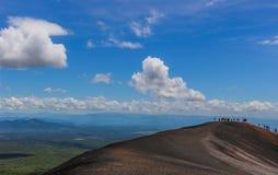 Ludzie wycieczkuje przez wulkanu obrazy stock