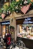 Ludzie wyjście piekarni sklepu Francja Obrazy Stock