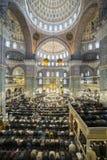 Ludzie wykonują obrządkowe modlitwy islam w Nowym meczecie, Istanb Zdjęcie Royalty Free