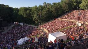 Ludzie wykonuje losu angeles Ola falę w wyprzedanym Waldbuehne przed Perełkowego dżemu Rockowym koncertem w Berlin - na wolnym po zbiory wideo
