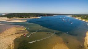 Ludzie wymagający w kitesurfing w pięknym laguny widok z lotu ptaka Zdjęcie Stock