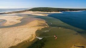 Ludzie wymagający w kitesurfing w pięknym laguny widok z lotu ptaka Fotografia Stock