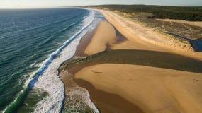 Ludzie wymagający w kitesurfing w pięknym laguny widok z lotu ptaka Zdjęcia Stock