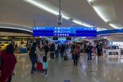 Ludzie z bagażowym odprowadzeniem w Lotniskowym bezcłowym terenie zdjęcie stock