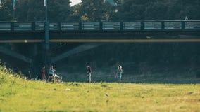 Ludzie z dziećmi chodzą rzeką Widok przewieziony most jest mnóstwo muszkami zbiory wideo