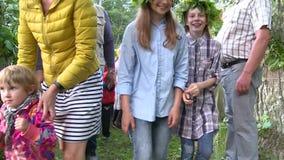 Ludzie z dziećmi zbierają wpólnie świętować rocznego Saint John dzień zbiory