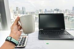 Ludzie z kawowym kubkiem podczas herbacianej przerwy przy biurem fotografia stock