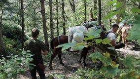 Ludzie z koniami na halnym polowaniu zbiory wideo