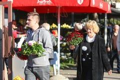 Ludzie z kwiatów przygotowaniami Zdjęcia Stock