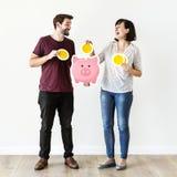 Ludzie z oszczędzanie pieniądze pojęciem obraz royalty free