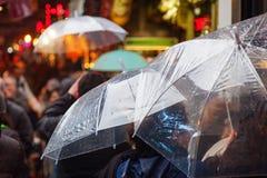 Ludzie z podeszczowymi parasolami w dżdżystym mieście fotografia royalty free