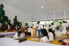 Ludzie z rzędu darują pieniądze i jedzenie mnich buddyjski Obraz Stock