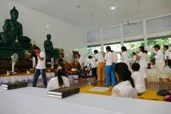 Ludzie z rzędu darują pieniądze i jedzenie mnich buddyjski Obrazy Royalty Free