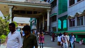 Ludzie z studenta medycyny i pielęgniarki chodzącym outside na rządowym szpitalnym budynku zbiory wideo