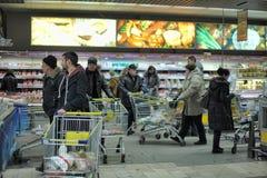 Ludzie z wózek na zakupy zdjęcie royalty free