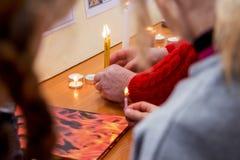 Ludzie zaświecali świeczki i trzymający w ich rękach na cześć ucztę Obrazy Royalty Free