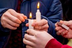 Ludzie zaświecali świeczki i trzymający w ich rękach na cześć ucztę Zdjęcie Royalty Free