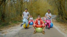 Ludzie zabawę w lesie zbiory wideo