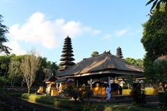 Ludzie zamiata wokoło Pura Ayun świątyni i ogródu kompleksu Peac fotografia stock
