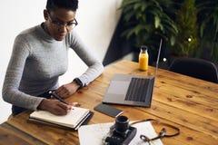 Ludzie zauważa księgowość przy pracą i liczbami pracuje w biurowym używa laptopie Fotografia Royalty Free