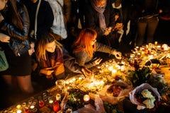 Ludzie zbiera w solidarności z ofiarami od Paryskich napadów Zdjęcie Stock