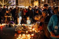 Ludzie zbiera w solidarności z ofiarami od Paryskich napadów Obrazy Royalty Free