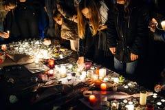 Ludzie zbiera w solidarności z ofiarami od Paryskich napadów Fotografia Stock