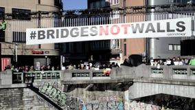 Ludzie zbierają przy mostem w Bruksela protestować zbiory wideo