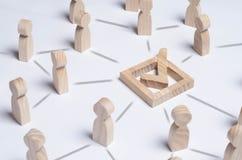 Ludzie zbierający wokoło checkboxes łączyli liniami Ludzie robią grupowemu wyborowi Wybór demokratyczny, wspólna decyzja zdjęcia stock