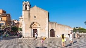 Ludzie zbliżają ex Chiesa Sant Agostino w Taormina Obraz Royalty Free