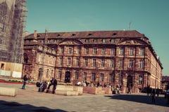 Ludzie zbliżają katedrę Strasburg, Francja Zdjęcia Royalty Free
