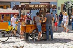 Ludzie zbliżają mobilnego sklep z kawą w historycznym centrum miasta Lviv, obrazy stock