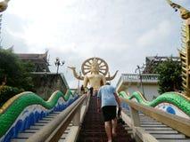 Ludzie zdejmowali ich buty przed wchodzić do świątynię duży Buddha, Samui, Tajlandia, Grudzień Obrazy Royalty Free