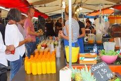 Ludzie zdrowych owocowych soków wprowadzać na rynek, Jordaan, Amsterdam, Holandia Fotografia Stock