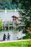 Ludzie zegarek żaglówek na Jeziornym Chiemsee Fotografia Stock