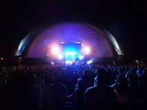 Ludzie zegarka SOJA gdy przyskrzyniają na scenie podczas koncerta Obrazy Stock