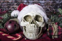 Ludzka czaszka Jest ubranym Santa kapelusz obraz royalty free