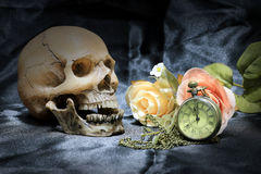 Ludzka czaszka, rocznika kieszeniowy zegarek z, pojęcie miłość życie fotografia i czas sercem i kwiatem na czarnym tle, wciąż Obrazy Royalty Free