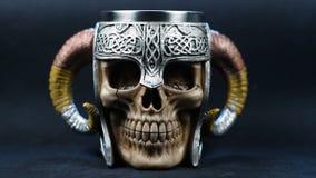 Ludzka czaszka w metalu hełmie ilustracji
