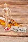 Ludzka drewniana atrapa stoi blisko alkoholu Fotografia Stock