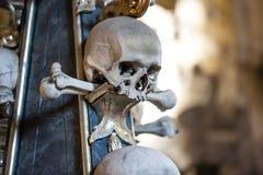Ludzka kości i czaszek dekoracja jako tło Śmierć lub cmentarza pogrzebu pojęcie obrazy stock