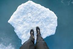 Ludzka noga na lodowym floe Zdjęcia Royalty Free