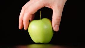 Ludzka ręka bierze zielonego jabłka Obraz Stock