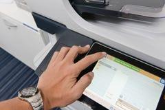 Ludzka ręka jest use drukarka zdjęcie stock