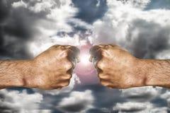 Ludzka ręka pokazuje pięść przygotowywającą dla walczyć Zdjęcie Stock